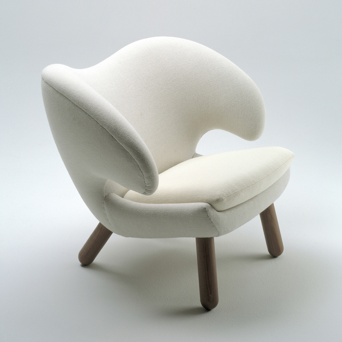 The pelican chair by finn juhl vliving for Comfy stylish chairs